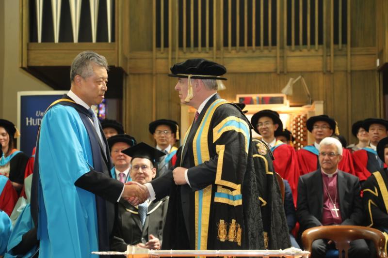 哈德斯菲尔德大学授予中国驻英大使刘晓明荣誉博士学位